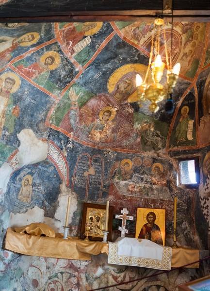В церкви сохранились оригинальные, исключительно ценные росписи, которые покрывают все неровную поверхность стен: фрески были созданы в 1666-1667 году знаменитыми сербскими иконописцами Радулом и Йованом. На небольшой площади пещерных стен художники изобразили все великие праздники, а также святых