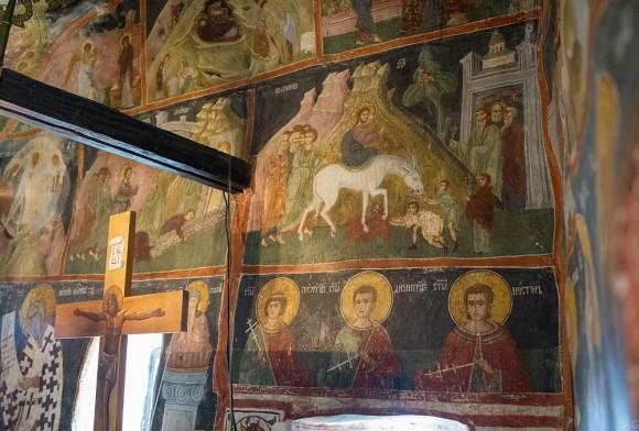 Рядом с церковью растет виноградная лоза, которая взошла на месте смерти святого Василия, несмотря на отсутствие там природной почвы. Лоза закрыта ограждением, на котором находится поклонный крест
