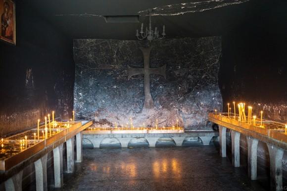 Свечи за здравие и за упокой ставятся в специально отведенной для этого пещере