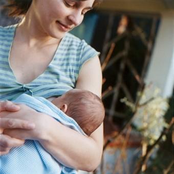 Часто бывает, что у мамы слишком мягкие и нежные соски.  Это создает трудности при кормлении грудью.