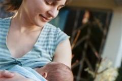 Можно ли кормить ребенка грудью в общественных местах?