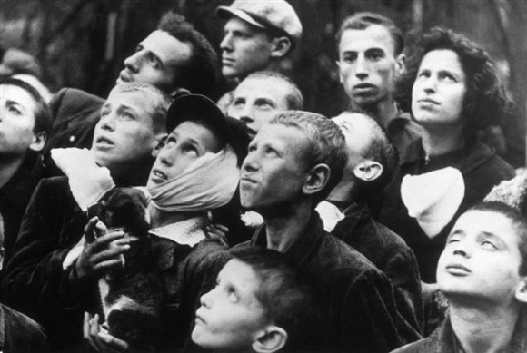 Варшавяне наблюдают в небе немецкие бомбардировщики