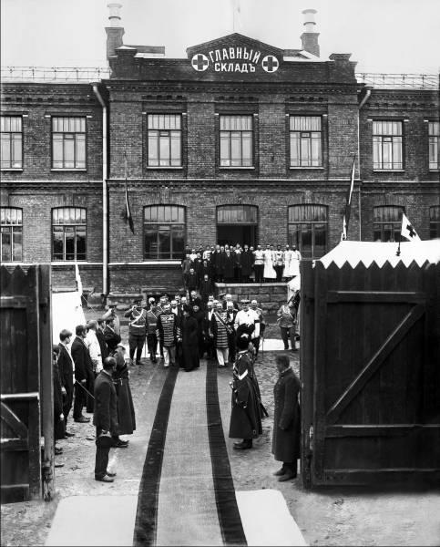Императрица Мария Федоровна и сопровождающие ее лица выходят из здания Главного склада РОКК. Санкт-Петербург. 1912–1913
