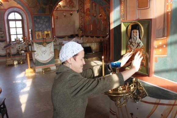 Ольга Патрий возле иконы святителя Нектария Эгинского