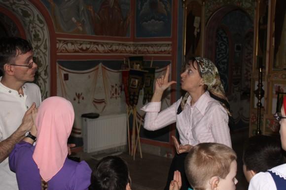 Т.И. Корсакова и бывший воспитанник Александр переводят воспитанникам богослужение