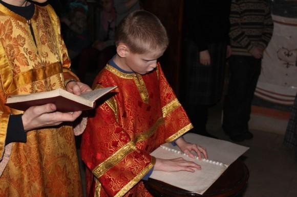 Воспитанник интерната читает Шестопсалмие по Брайлю