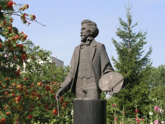 Скульптура художника во дворе мемориальной усадьбы