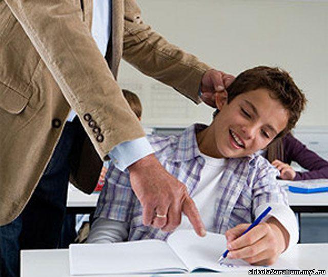 Русское учитель больно наказывает ученицу