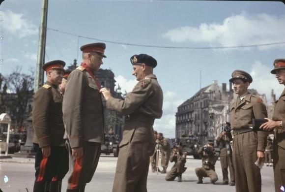 Награждение советских маршалов Жукова и Рокоссовского орденами союзников в Берлине. 1945