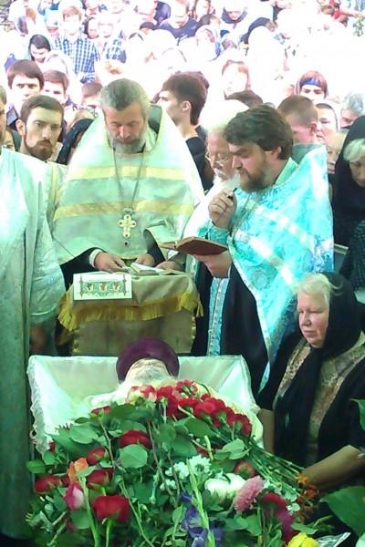 Отпевание: чтение 18 кафизмы и четырех евангелий, справа супруга о. Павла — Вера Михайловна