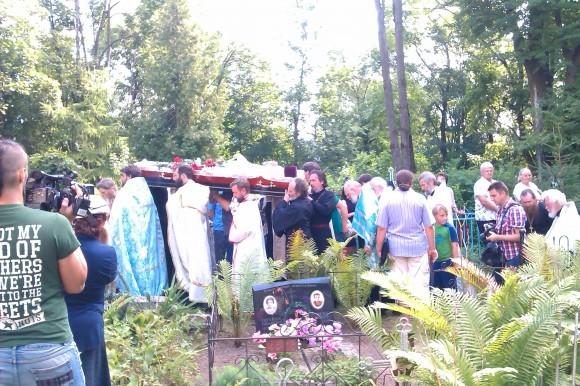 Гроб с телом почившего отца Павла несут к месту захоронения на Мироносицком кладбище Пскова