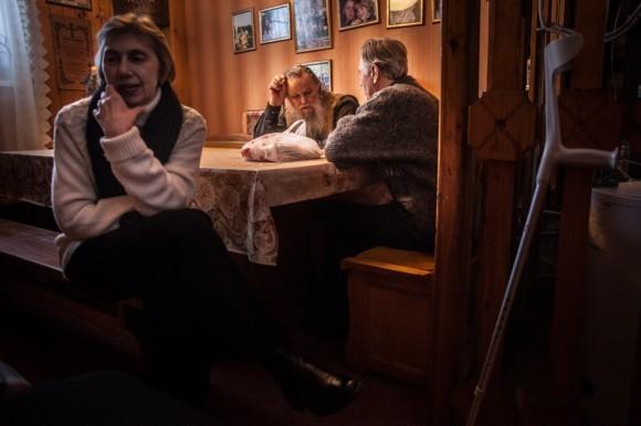Отец Павел Адельгейм у себя дома со своими прихожанами – Петром Гусевым и его супругой. При советской власти Петр Яковлевич был сотрудником КГБ и занимался вопросами религии, впоследствии воцерковился и стал одним из активных прихожан отца Павла.