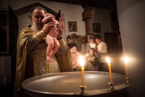 Отец Павел Адельгейм проводит крестины в храме Святых жен-мироносиц. Отец Павел снят с настоятельства и продолжает служить в храме рядовым священником под началом нового настоятеля – 33-летнего отца Сергия Иванова.