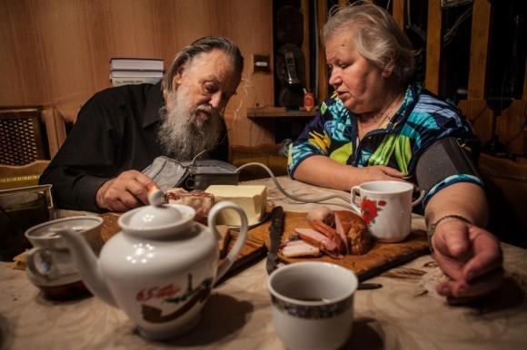 Отец Павел Адельгейм на кухне своего дома измеряет давление своей жене Вере Михайловне.