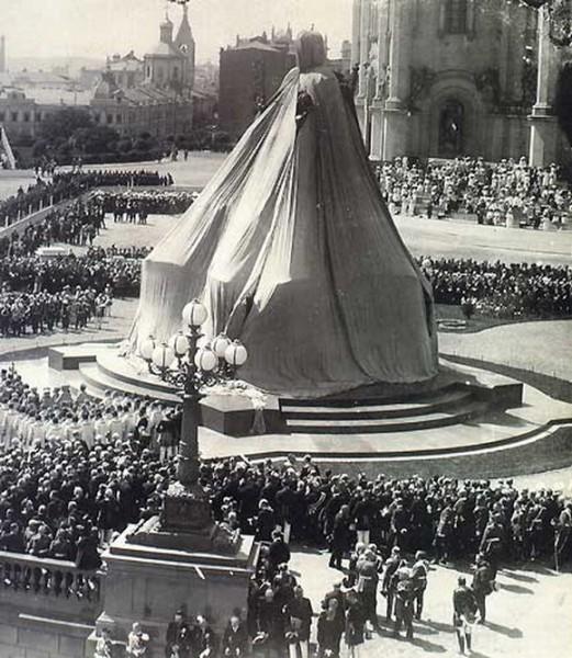 Установка памятника Императору Александру III. 1912