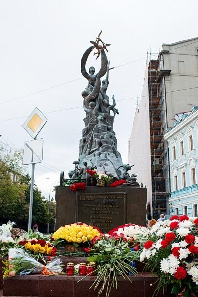3 сентября в Москве у памятника жертвам бесланской трагедии почтили память погибших девять лет назад детей и взрослых вовремя террористического акта в Беслане