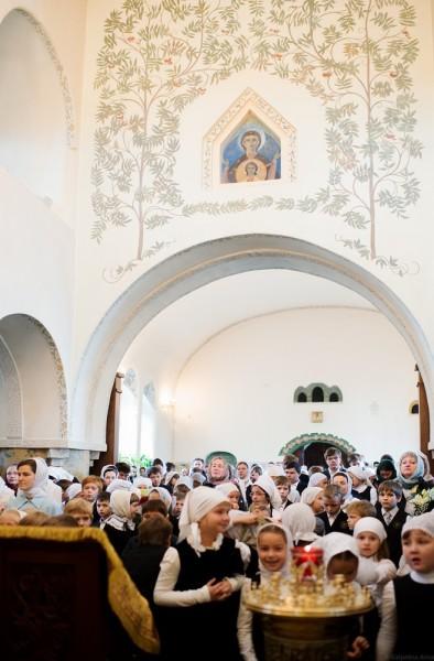 Сегодня в буквально восставшей из пепла гимназии начинается учебный год. Все собираются в Покровском храме на литургию, ведь все хорошее начинается именно с Литургии