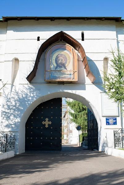 Каждый день ворота монастыря открываются в семь утра. Паломники могут посещать обитель до восьми часов вечера. Потом наступает время тишины, время отдыха для монахов. На сегодня в братии монастыря 25 человек. Ежедневно монастырь посещает до тысячи человек паломников