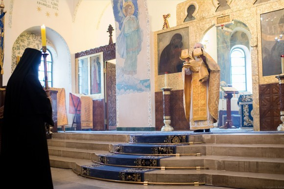 Литургию служит священник Марфо-Мариинской обители иерей Александр