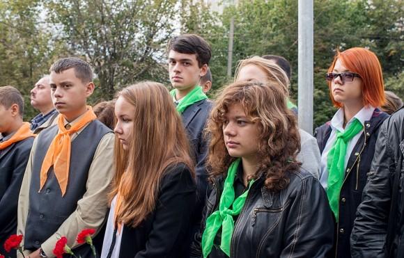 Это – школьники Ярославского района Москвы, члены молодежного патриотического движения. Они организованно приехали почтить память погибших, как делают это уже не первый год