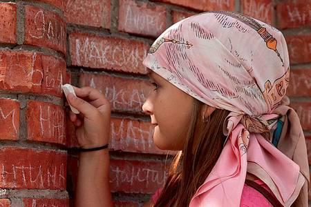 Имена жертвователей пишутся на именных кирпичиках
