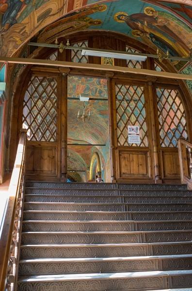 Чугунные ступени лестницы ведут в галерею Преображенского собора. В 1812 году французы по ним пытались ввести лошадей, чтобы в храме устроить конюшни. Однако им это не удалось – лощади отказались подниматься по ступеням