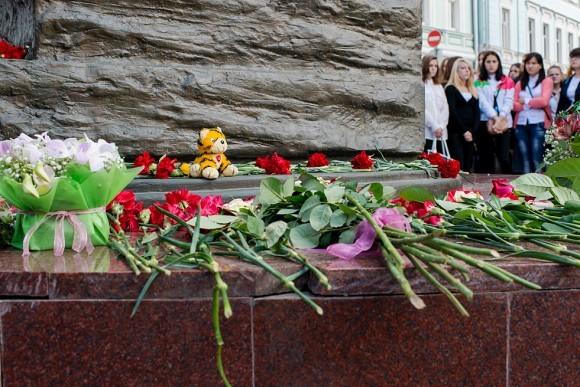 Цветы и игрушки люди приносили к памятнику с самого утра. Траурная церемония началась с минуты молчания