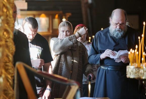 Ежедневно в Новоспасском монастыре совершаются молебны перед почитаемым образом и главной святыней монастыря – иконой Божией Матери «Всецарица»