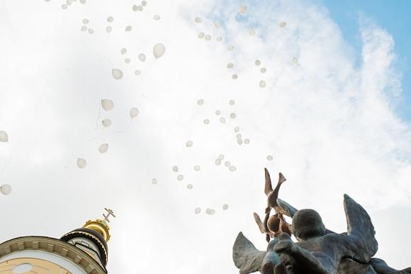 Ровно в 13:05, в то время, когда девять лет назад в школе г. Беслана №1 раздался взрыв, в воздух взлетели 334 белых воздушных шара. Именно столько людей погибло тогда. Среди них было 186 детей