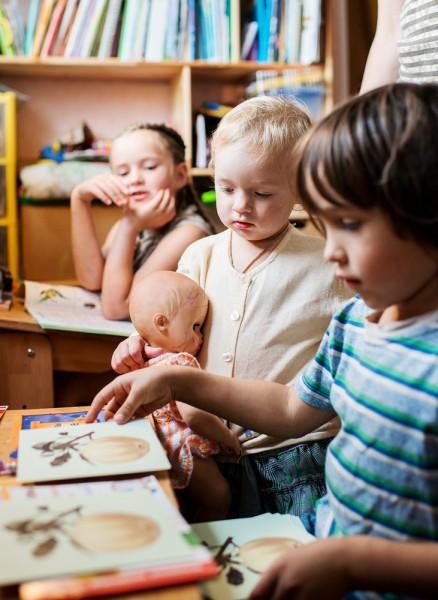 Поэтому мама купила ему набор обучающих материалов и книжек – чтобы Коля мог заниматься, когда Иришка будет делать уроки