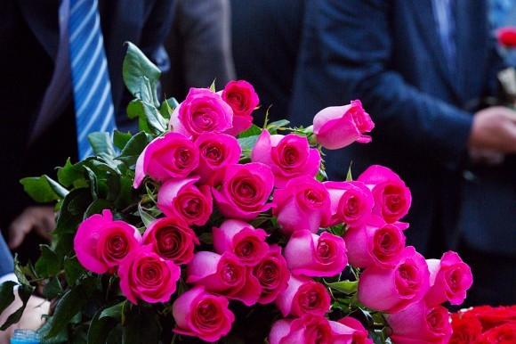 После этого к памятнику один за другим подходили взрослые и дети и возлагали цветы