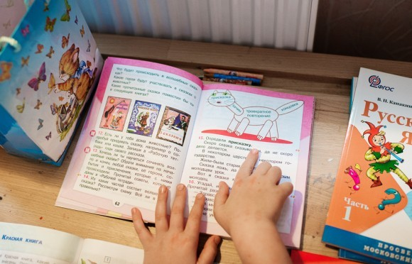 Иришка показывает Коле свои учебники: «Видишь, какой смешной кот!»