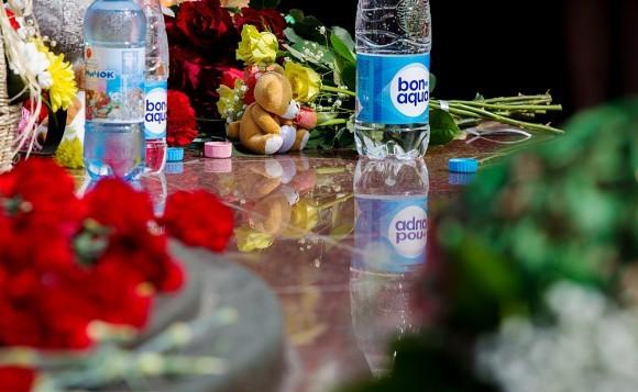 Кроме цветов приносили воду, которой так не хватало захваченным в плен 9 лет назад детям, и игрушки