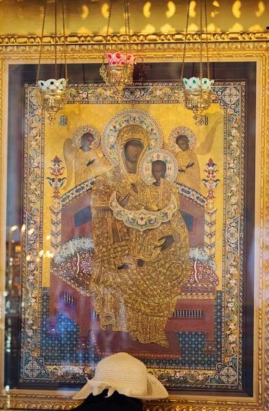 Каждую пятницу эту икону везут в онкологический институт Герцена, где создан больничный храм в честь иконы Божией Матери «Всецарица»