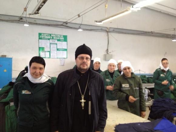 Протоиерей Александр Пелин с осужденными в ИК-14