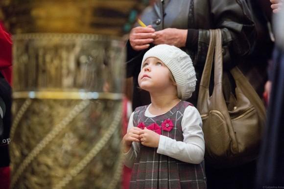 Несмотря на то, что в храме много детей и поэтому шумно, никто не нервничает