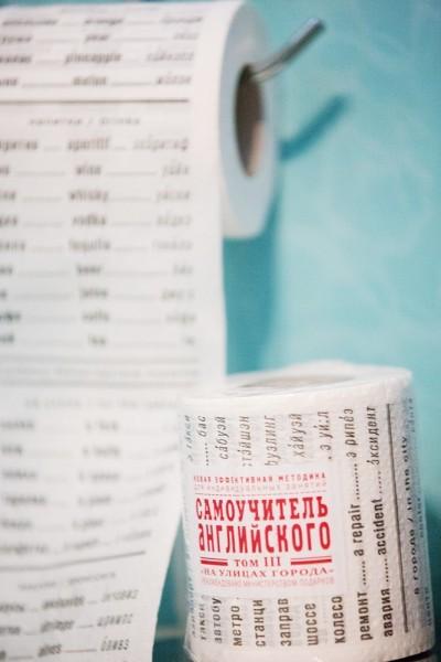 Для подготовки к школе в ход идет все, в том числе, туалетная бумага с английскими словами – надо же освежить в памяти иностранный