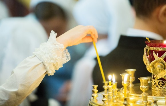 Дети зажигают свечи, сами следят за подсвечником