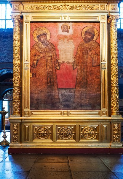 Двое первых Романовых – Михаил Федорович и Алексей Михайлович, отец и сын, изображены с нимбами как помазанники Божии на царствование. Фреска возвращена из фондов Государственного исторического музея