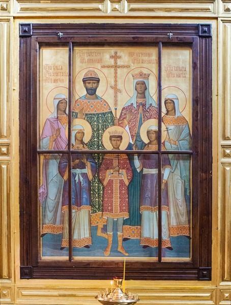 Рядом с первыми Романовыми – последние. На иконе – страстотерпцы Николай II, Александра Федоровна и их дети
