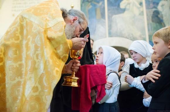Первоклассница и умудренный годами и опытом священник понимают друг друга