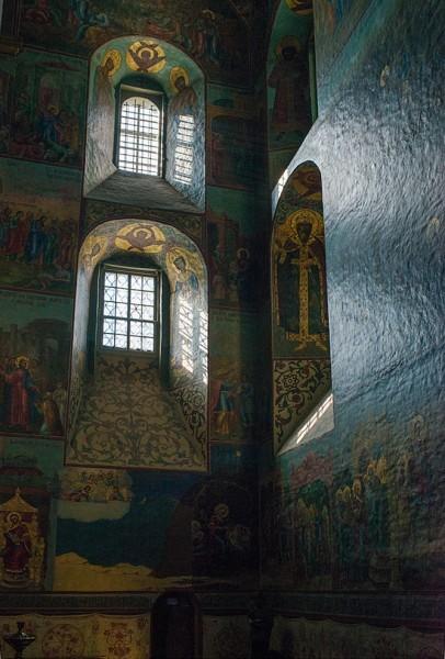 Будущий Патриарх Никон в этот период был «собинным другом» Алексея Михайловича. И без сомнения, взгляды и вкусы Никона, яростного противника «обмирщения» церковного искусства, нашли отражения в архитектуре и внутреннем убранстве собора