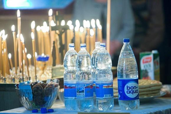 На канун, кроме кутьи и печенья, также принесли бутылки с водой