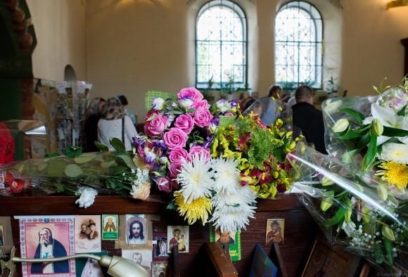 День Знаний: цветы — повсюду. Весь храм – в цветах. Они лежат на скамейках, на свечном ящике, на подоконниках. Это букеты для учителей гимназии