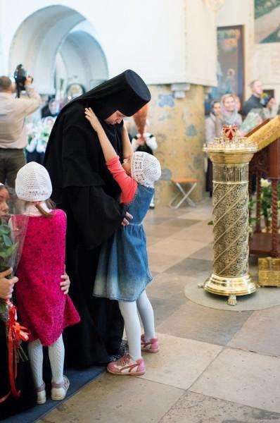Настоятельница Марфо-Мариинской Обители милосердия инокиня Екатерина (Позднякова) окружена детьми
