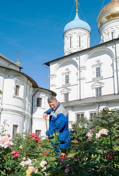 За последние 20 лет в Новоспасском монастыре создан прекрасный сад. Здесь самый большой розарий в Москве