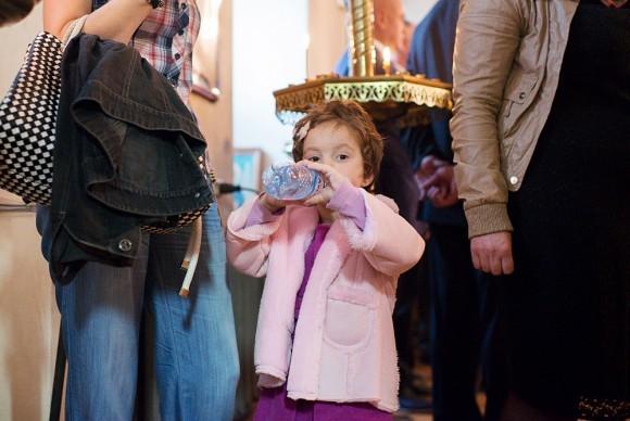 Маленькая Саломея всю панихиду молилась со взрослыми – ее мама поет на клиросе