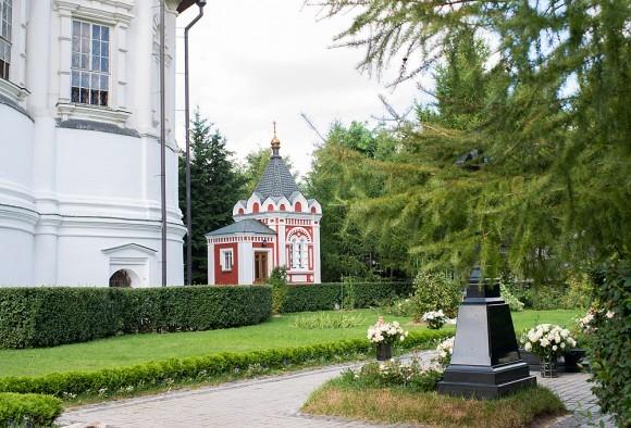 Часовня из красного кирпича предположительно была возведена сто лет назад, к 300-летию Дома Романовых