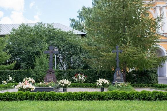 Перед алтарем Спасо-Преображенского собора в 21 веке погребены архимандрит Иннокентий (Просвирин) и схиархимандрит Гурий (Мищенко), бывшие для многих духовными отцами