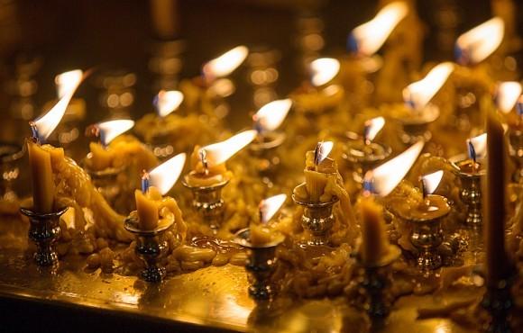 Свечи на панихидном столике догорели до конца и оплавились